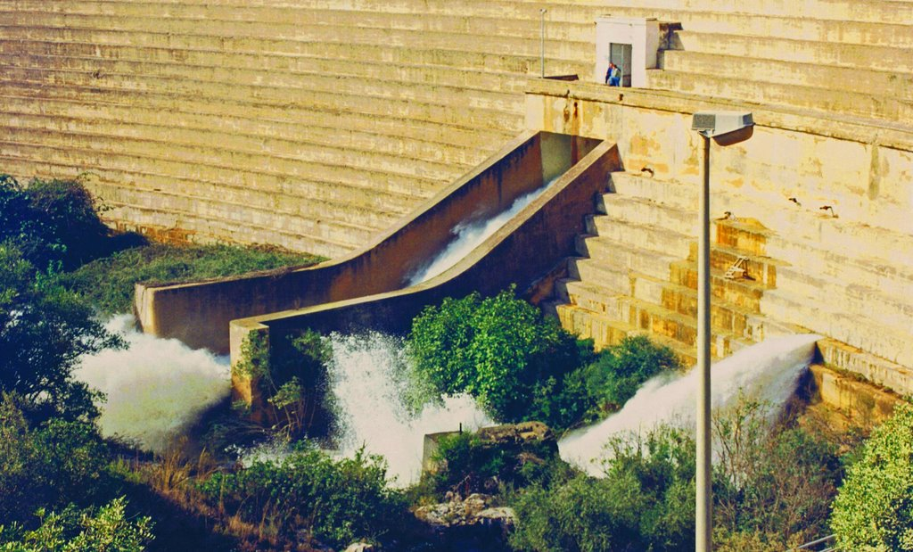 Esquerda a la presa de Maria Cristina originada durant la riuada de 2000. Font: Pablo Moreda