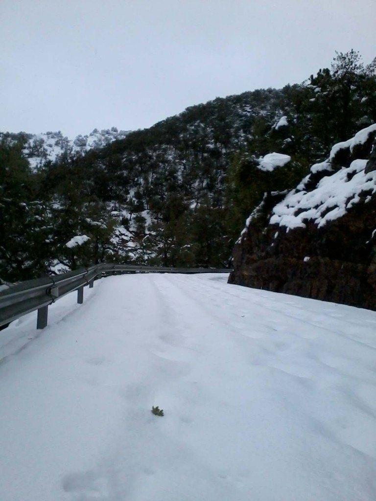 La carretera acumulava uns 25 cm continus de neu que en llocs on estava ventejada podia ser major.