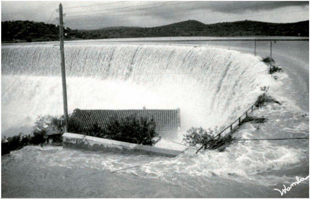 Impactant imatge de la riuada de 1962 quan una làmina de 1.7m superà per damunt la presa de Maria Cristina. Font: Womba