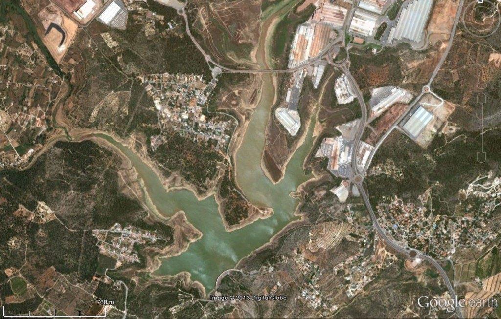 Vista des del satèl·lit del embassament de Maria Cristina. Els seus voltants, molt urbanitzats i industrialitzats.