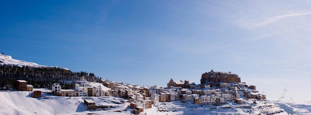 Panoràmica del poble d'Ares del Maestrat, sota la nevada.