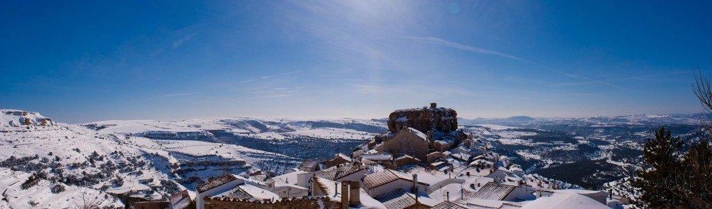 Panoràmica del poble d'Ares en l'ascens a la Mola. La neu arribava on alcançava la vista. Click per ampliar.