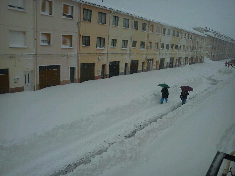 A Vilafranca els carrers són autèntics passadissos de neu. Font: @GarrafMeteo