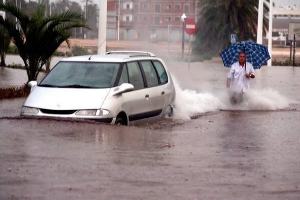 Els 30 minuts de precipitació van ser suficients per inundar els carrers d'Elx. Font: La Información